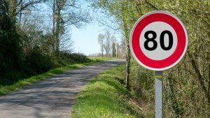 Panneau de signalisation limitant la vitesse maximale à 80m/h sur une route départementale française.