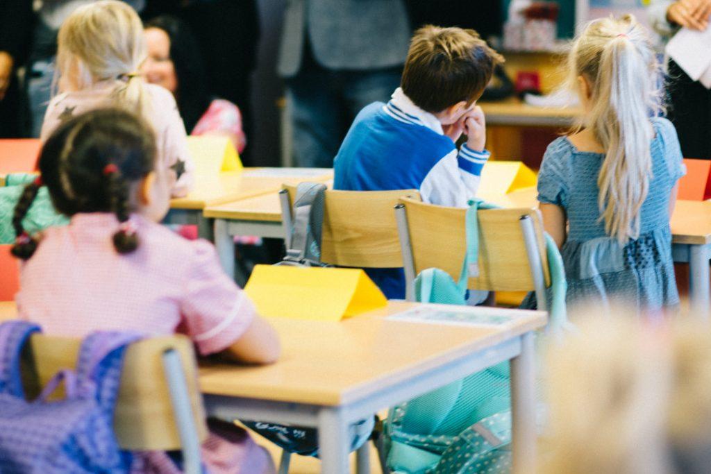 enfants en salle de classe à l'école