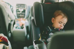 Quand passer d'un siège auto à un rehausseur ?